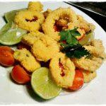calamari fritti in crosta di farina di mais per polenta con pomodorini e lime