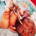 costolette di maiale marinate e crocche' di rosti con julienne di porri fritti