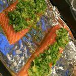 Filetto di salmone alle erbe e zenzero su letto di patate dolci e spinaci