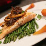 Salmone con finferli su letto di asparagi piccoli