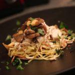 noodles di patate dolci con pollo e funghi allo zenzero e coriandolo
