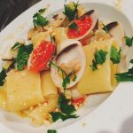 calamarata con vongole e tarallo sbriciolato