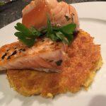 Filetti di salmone su farinata genovese